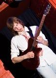 Uomo che gioca la chitarra Fotografia Stock