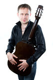Uomo che gioca la chitarra acustica della sei-stringa Fotografia Stock Libera da Diritti