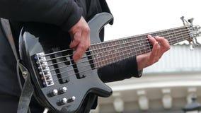 Uomo che gioca le corde della chitarra elettrica Movimento lento stock footage