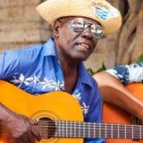 Uomo che gioca musica tradizionale a vecchia Avana Fotografia Stock