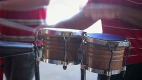 Uomo che gioca percussione archivi video