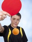 Uomo che gioca ping-pong Fotografie Stock Libere da Diritti