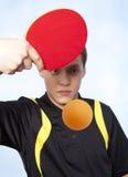 Uomo che gioca ping-pong Fotografia Stock Libera da Diritti