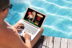 Uomo che gioca poker online fotografia stock