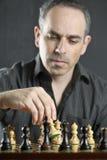 Uomo che gioca scacchi Fotografie Stock Libere da Diritti