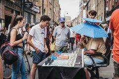 Uomo che gioca scacchi con i passanti vicino nel vicolo del mattone, Londra, Regno Unito fotografia stock