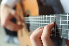 Uomo che gioca sulla chitarra classica fotografie stock libere da diritti