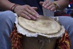 Uomo che gioca tamburo Fotografie Stock