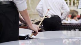 Uomo che gioca tamburo durante il concerto stock footage