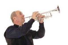 Uomo che gioca tromba su un bianco Immagine Stock Libera da Diritti