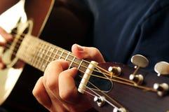 Uomo che gioca una chitarra immagini stock libere da diritti