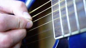 Uomo che gioca una chitarra acustica con un mediatore Movimento lento archivi video