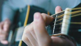 Uomo che gioca una chitarra acustica Movimento lento video d archivio