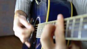 Uomo che gioca una chitarra acustica Movimento lento archivi video