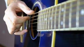Uomo che gioca una chitarra acustica Movimento lento stock footage