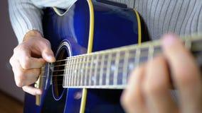 Uomo che gioca una chitarra acustica Movimento lento della corda di vibrazione Movimento lento archivi video