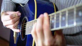 Uomo che gioca una chitarra acustica Movimento lento della corda di vibrazione Movimento lento video d archivio