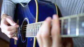 Uomo che gioca una chitarra acustica Movimento lento della corda di vibrazione Movimento lento stock footage