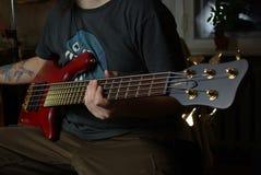 Uomo che gioca una chitarra rossa Fotografie Stock Libere da Diritti