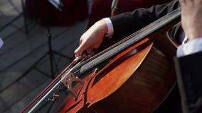 Uomo che gioca violoncello video d archivio