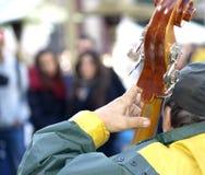 Uomo che gioca violoncello a Praga Fotografia Stock Libera da Diritti