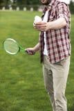 Uomo che gioca volano sul campo verde Fotografia Stock