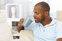 Uomo che gode del caffè nel paese Fotografia Stock