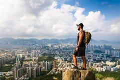 Uomo che gode del punto di vista di Hong Kong dalla roccia del leone fotografie stock