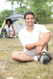 Uomo che gode del viaggio di campeggio Fotografia Stock Libera da Diritti
