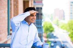 Uomo che gode della bevanda sul balcone esterno Fotografia Stock Libera da Diritti