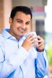Uomo che gode della bevanda sul balcone esterno Fotografie Stock