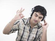 Uomo che gode di suo alla musica Fotografie Stock Libere da Diritti