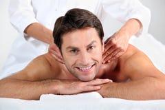Uomo che gode di un massaggio Fotografia Stock Libera da Diritti