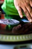 Uomo che graffia il disco del vinile Fotografia Stock