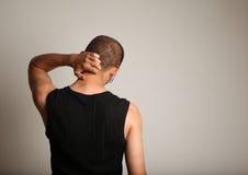 Uomo che graffia parte posteriore della testa fotografie stock