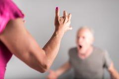 Uomo che grida alla sua moglie Fotografie Stock