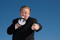 Uomo che grida attraverso l'altoparlante forte. Fotografie Stock