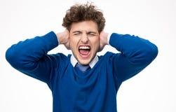 Uomo che grida e che copre le sue orecchie Fotografia Stock