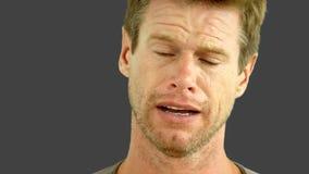 Uomo che grida sullo schermo grigio stock footage