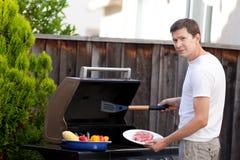 Uomo che griglia alimento Immagine Stock Libera da Diritti