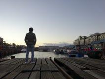 Uomo che guarda al porto Victoria e Alfred Watertown Cape Town South Africa immagine stock libera da diritti