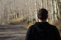Uomo che guarda avanti al percorso davanti lui Fotografia Stock Libera da Diritti