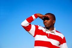 Uomo che guarda cielo fisso Fotografia Stock Libera da Diritti