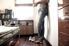 uomo che guarda dalla sua finestra della camera da letto foto ... - Camera Da Letto Maschile