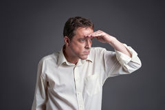Uomo che guarda dentro alla distanza Fotografie Stock