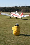 Uomo che guarda i velivoli chiari Fotografia Stock