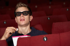 Uomo che guarda pellicola 3D in cinematografo Immagini Stock Libere da Diritti