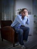 Uomo che guarda TV Immagine Stock
