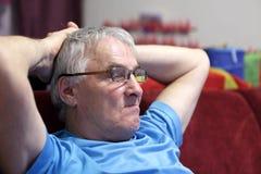 Uomo che guarda TV Fotografie Stock