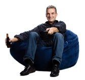 Uomo che guarda TV con una birra Fotografie Stock Libere da Diritti